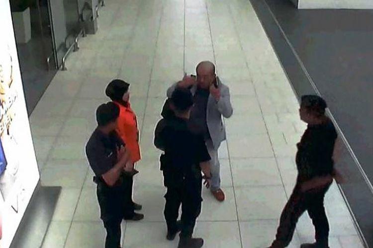 Rekaman CCTV ini memperlihatan Kim Jong Nam melaporkan serangan kepada dirinya beberapa saat sebelum akhirnya meninggal dunia di bandara internasional Kuala  Lumpur (KLIA).