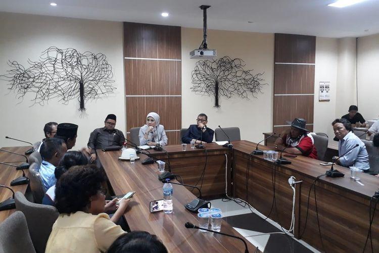 Warga Kampung Bulak, Cisalak, Depok mengadu ke DPRD Kota Depok perihal penertiban lahan untuk proyek pembangunan UIII di Gedung DPRD Kota Depok, Rabu (13/11/2019)