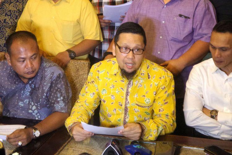 Ketua Gerakan Muda Partai Golkar (GMPG) Ahmad Doli Kurnia saat menggelar konferensi pers di kawasan Senayan, Jakarta, Rabu (19/7/2017).