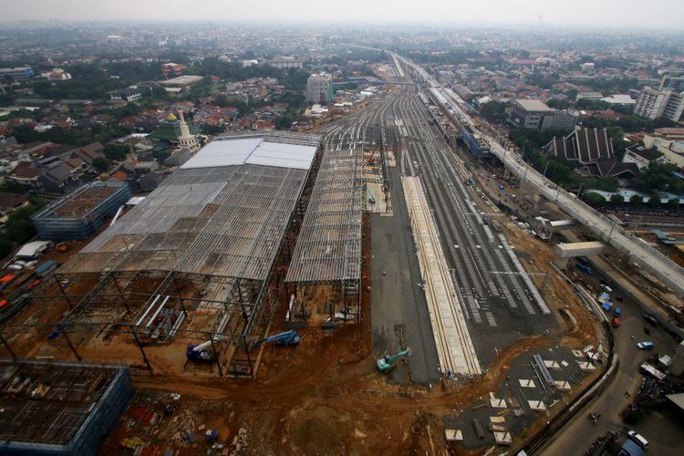 Pembangunan depo Mass Rapid Transit (MRT) di Lebak Bulus, Jakarta, Selasa (14/112017). Pembangunan depo MRT Lebak Bulus saat ini sudah mencapai sekitar 75 persen dan ditargetkan rampung pada Maret 2019.