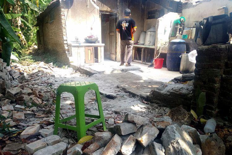 Dapur rumah perajin tempe, Jazuli, warga Dusun Sumberjo, Desa Jabung, Kecamatan Talun, Kabupaten Blitar, ambruk akibat gempa Blitar yang terjadi pada Jumat (21/5/2021)