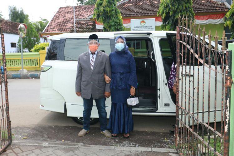 M. Kasman dan Muawanah pasangan pengantin pertama yang menaiki mobil dinas wali kota.