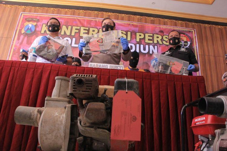 BARANG BUKTI—Kapolres Madiun, AKBP Eddwi Kurniyanto menunjukkan barang bukti mesin pompa air dan alat yang digunakan untuk mencuri tersangka Iyan di Mapolres Madiun, Rabu (26/8/2020).