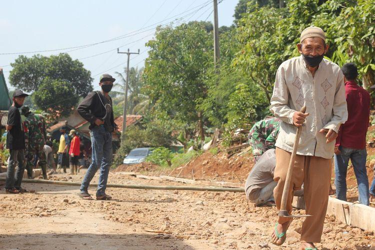 Di usianya yang sudah renta, yakni 70 tahun, bah Dayat tetap semangat dan ambil bagian dalam kegiatan gotong royong membangun jalan desa bersama warga dan prajurit TNI.