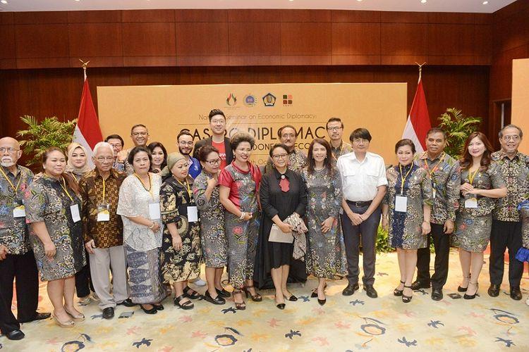 Anggota Indonesian Gastronomy Association (IGA), Menteri Luar Negeri Retno Marsudi, dan pembicara berfoto bersama dalam Seminar Nasional di Kementerian Luar Negeri, Kamis (17/10/2019).