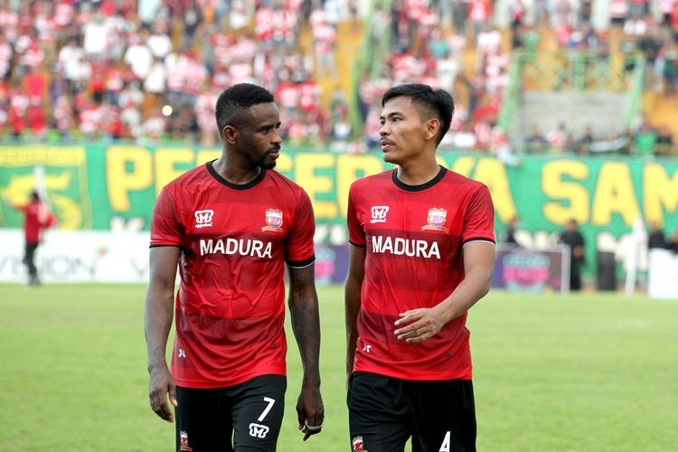 Pemain Madura United untuk musim 2020, Greg Nwokolo (kiri) dan Asep Berlian (kanan).