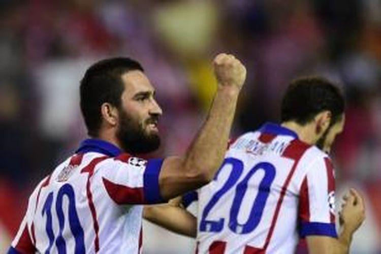 Gelandang Atletico Madrid, Arda Turan (kanan).