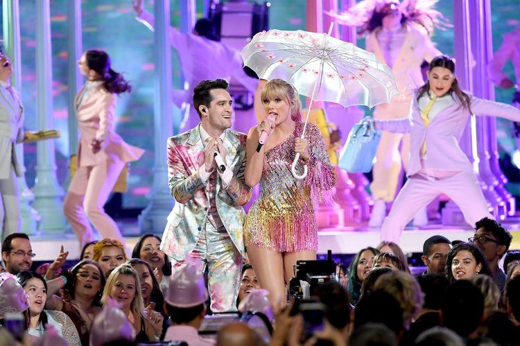 Penampilan Taylor Swift bersama Brendon Urie di panggung Billnoard Music Awards 2019.