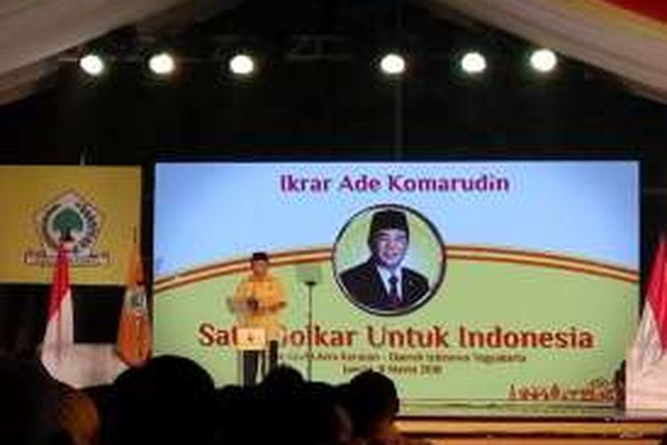 Pengucapan ikrar Ade Komarudin di Alun-alun Utara Keraton Kesultanan Yogyakarta, Jumat (11/3/2016) malam.