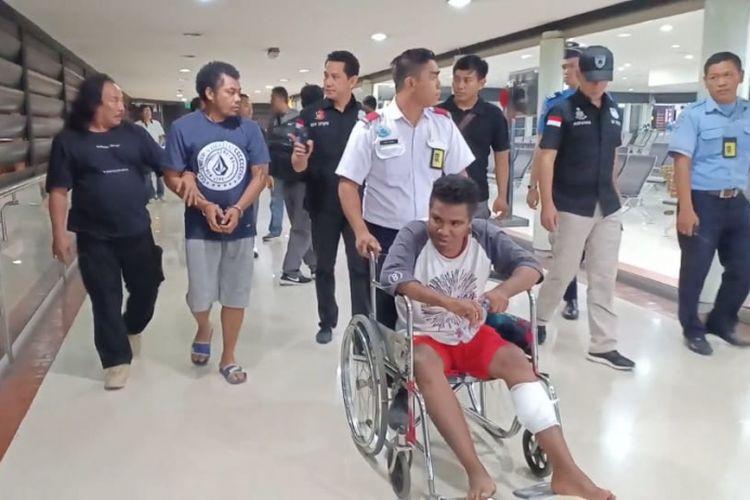 Polisi menggiring pelalu pengeroyokan yang ditangkap di Pangkalpinang, Minggu (18/11/2018)