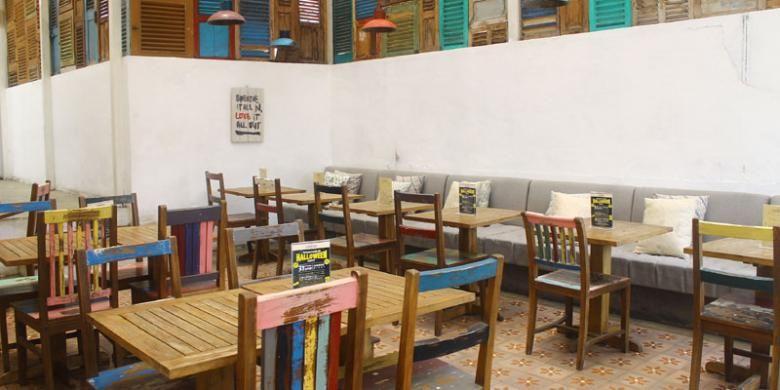 Interior Kafe Lawas 613 berupa susunan jendela kayu ala Potato Head di Bali ini menjadi keunikan tersendiri. Kafe Lawas 613 berada di Jalan Prawirotaman II Nomor 613, Yogyakarta.