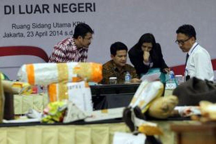 Ketua Komisi Pemilihan Umum Husni Kamil Malik (dua kiri) bersama komisioner KPU memimpin rapat pleno rekapitulasi hasil penghitungan suara pemilu legislatif (pileg) di luar negeri, di Kantor KPU, Jakarta, Rabu (23/4/2014). Dalam rapat yang dibuka untuk umum tersebut KPU akan menghitung hasil pemungutan dari 130 panitia pemilihan luar negeri (PPLN) yang tersebar di 96 negara.