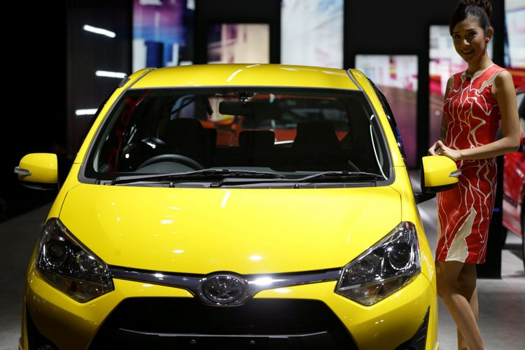 Sales promotion girl berpose di samping Toyota Agya 1.2L saat ajang Indonesia International Motor Show (IIMS) 2017 di JI Expo, Kemayoran, Jakarta, Jumat (28/4/2017). Ajang pameran otomotif terbesar di Indonesia ini akan berlangsung hingga 7 Mei mendatang. KOMPAS IMAGES/KRISTIANTO PURNOMO