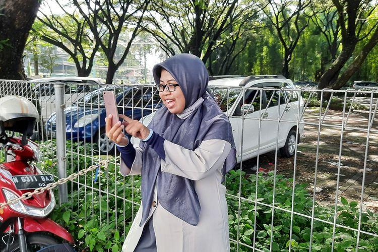 Mala Fimelyana Dewi (27) guru di SD Islam Sabilillah Malang saat mengajar daring sambil menunggu antrian vaksin di Rumah Sakit Persada Kota Malang, Jumat (19/3/2021).