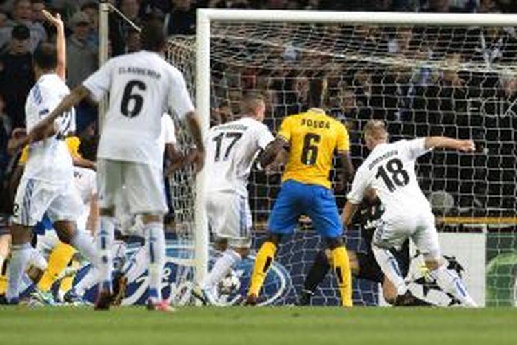 Penyerang Kopenhagen Nicolai Jorgensen (nomor 18) mencetak gol ke gawang Juventus pada pertandingan fase grup Liga Champions, di Parkstadion, Selasa (17/8/2013).