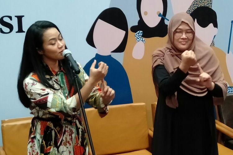 Yura Yunita saat menyanyikan Merakit bersama Bunda Galuh dengan gerakan lirik menggunakan bahasa isyarat di kawasan Blok M, Jakarta, Senin (2/12/2019)
