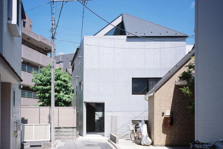 Desain rumah beratap runcing dan tahan gempa.