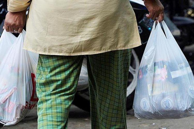Ilustrasi belanja memakai kantong plastik.