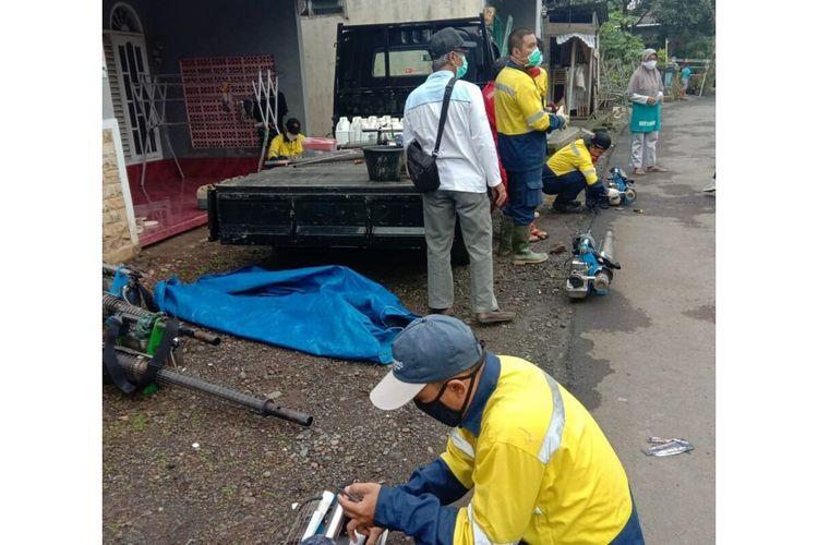 Petugas dari Dinas Kesehatan Purbalingga mempersiapkan alat untuk kegiatan fogging, menyusul wabah Chikungunya yang melanda Desa Blater, Kecamatan Kalimanah, Purbalingga, Jaw Tengah, Senin (30/11/2020).