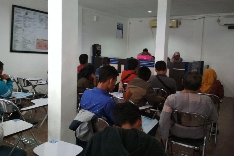 Warga luar Karawang antusias menyambut SIM online.