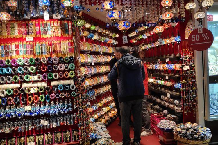 Aneka kerajinan khas Turki di Grand Bazaar, Istanbul, Turki.
