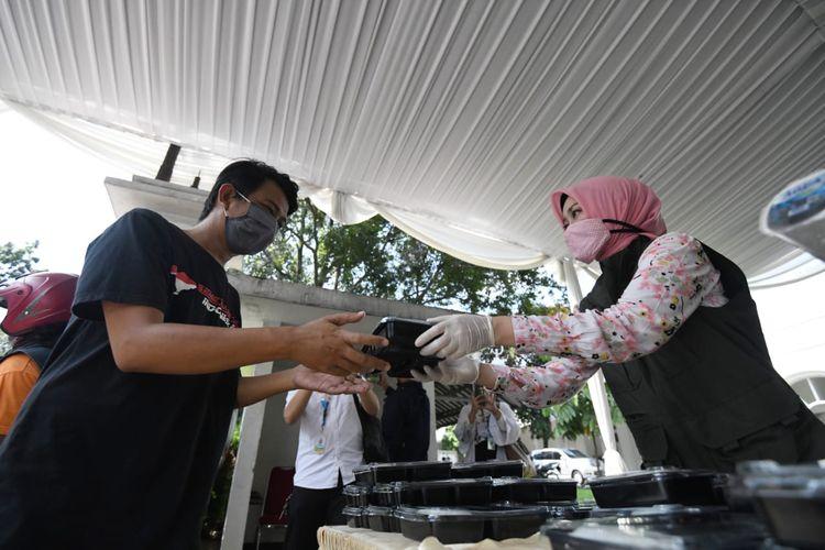 Tim Jabar Bergerak saat membagikan makanan untuk warga di Jalan Cicendo, Kota Bandung, beberapa waktu lalu.