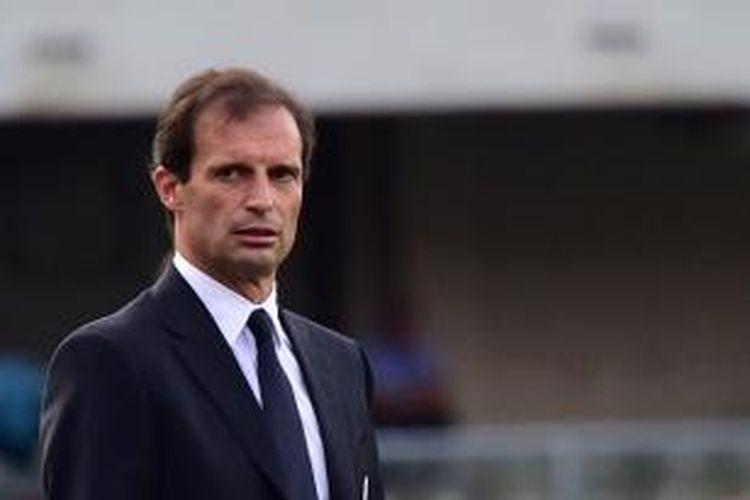 Salah satu ekspresi pelatih Juventus, Massimiliano Allegri, ketika menyaksikan laga Serie-A antara timnya dan Chievo, di Marc'Antonio Bentegodi, Verona, Sabtu (30/8/2014).
