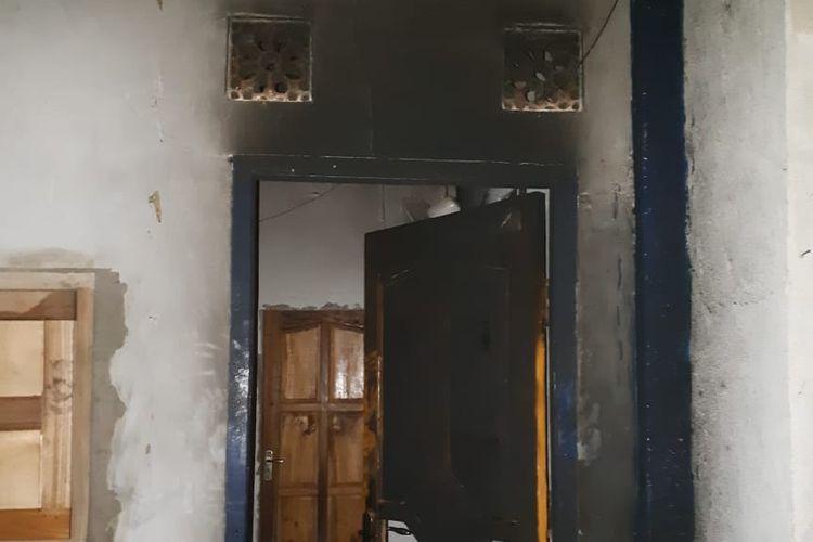 Mataram, Kompas.Com  Rumah Direktur Eksekytif Walhi NTB yang dibajar irabg tak dikenal Senin lalu.