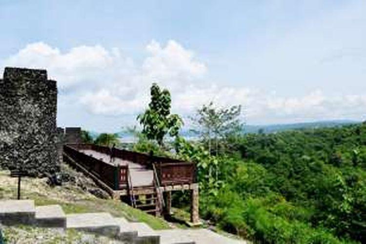 Panggung kecil ini berada di balik tembok benteng Keraton Kesultanan Buton, Sulawesi Tenggara. Dari atas panggung kecil tersebut, mata akan disuguhkan dengan indahkan panorama alam yang berada di sekitar benteng.