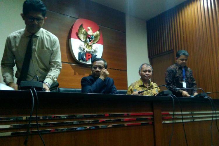Pimpinan KPK bersama Asosiasi Pengajar Hukum Tata Negara-Hukum Administrasi Negara (APHTN-HAN) saat jumpa pers di gedung KPK, Kuningan, Jakarta. Rabu (14/6/2017)