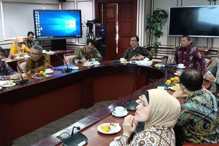 Dalam rangka meningkatkan kompetensi, kapasitas, dan kapabilitas Asosiasi Fakultas Ekonomi dan Bisnis PTN se-Indonesia (AFEBI) melakukan kunjungan ke Universitas Terbuka (UT) di Operation Room UT, Tangeran Selatan (7/2/2020).