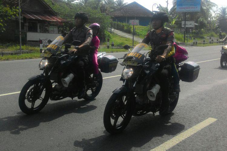 Puluhan bocah dari TK di Kulon Progo, DIY, keliling kota Wates menggunakan motor pateoli. Mereka berkonvoi sambil dikanlakan pada berbagai rambu lalu lintas. Kegiatan sosialisasi lalu lintas ini berlangsung rutin dengan beragam cara.
