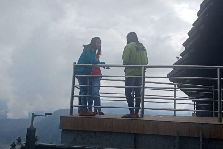Wisatawan menikmati Bromo dari atas Puncak Seruni Point, Sabtu (29/12/2018).