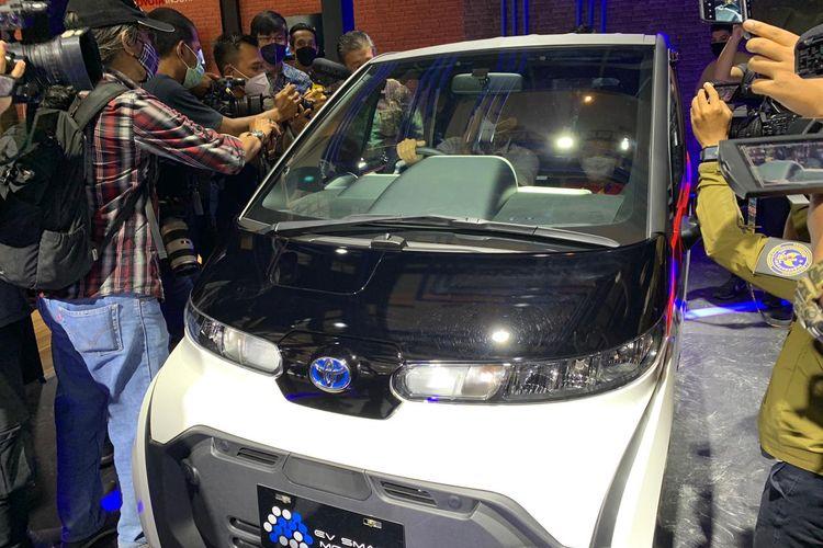 Sandiaga Uno saat menaiki mobil listrik Toyota C+pod