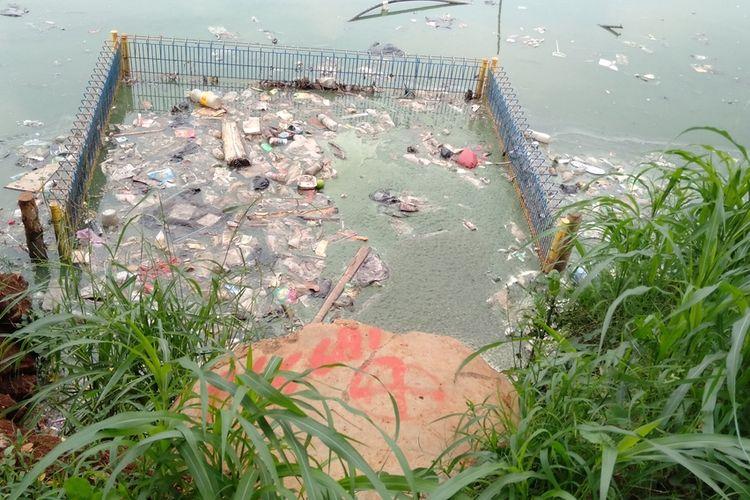 Sampah plastik dan dedaunan memenuhi permukaan waduk Jagakarsa, Jakarta Selatan, Rabu (18/12/2019)