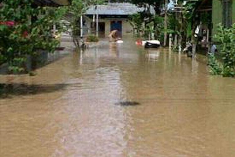 Banjir kiriman dari Malaysia kembali sambangi kecamatan Lumbis Kabupoaten Nunukan. Mulai tadi malam ketinggian air terus mengalami kenaikan. Gambar bencana banjir di wilayah perbatasan Nunukan beberapawaktu lalu.