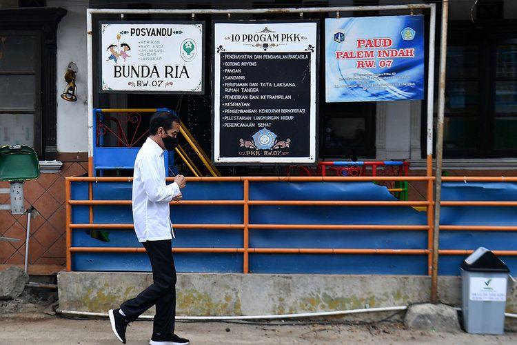 Presiden Joko Widodo berjalan kaki saat meninjau proses distribusi sembako tahap ketiga bagi masyarakat kurang mampu dan terdampak COVID-19 di kawasan Johar Baru, Jakarta Pusat, Senin (18/5/2020). Dalam blusukan ini, Presiden Jokowi ingin mengecek langsung penyaluran sembako pada masyarakat setempat.