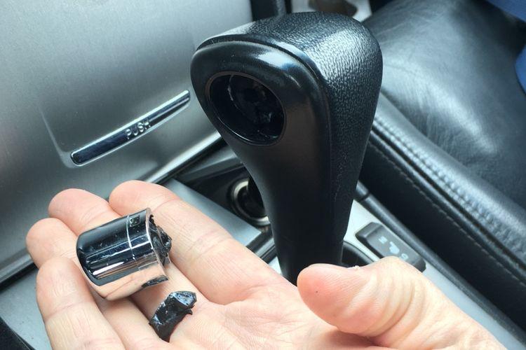 Tombol pengunci atau release button di tuas transmisi matik