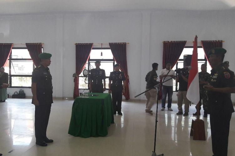 Danrem 143/Ho Kendari Kolonel Inf Yulistinus Nono Yulianto memimpin serah terima jabatan Dandim 1417/ Kendari dari Kolonel Kav Hendi Suhendi kepada Kolonel Inf Alamsyah di Aula Sudirman Makorem Kendari.