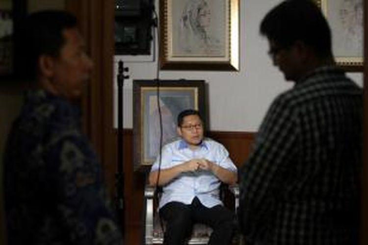 Mantan Ketua Umum Partai Demokrat, Anas Urbaningrum saat sesi wawancara dengan Kompas TV di kediamannya di Jakarta, Kamis (28/2/2013). Komisi Pemberantasan Korupsi menetapkan Anas sebagai tersangka dalam kasus dugaan suap proyek pembangunan pusat olah raga Hambalang, Bogor.