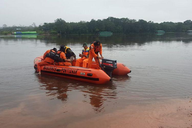 Proses pencarian korban kapal tenggelam di Sungai Kapuas di Desa Seberuang, Kecamatan Semitau, Kabupaten Kapuas Hulu, Kalimantan Barat (22/1/2019)