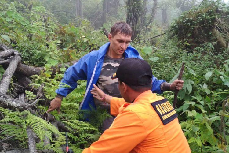 Tim SAR melakukan evakuasi terhadap warga negara Rusia Alexander yang sempat dikabarkan hilang di Gunung Agung