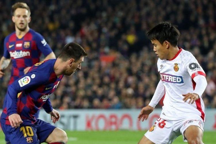 Takefusa Kubo saat mencoba melewati Lionel Messi di Stadion Camp Nou