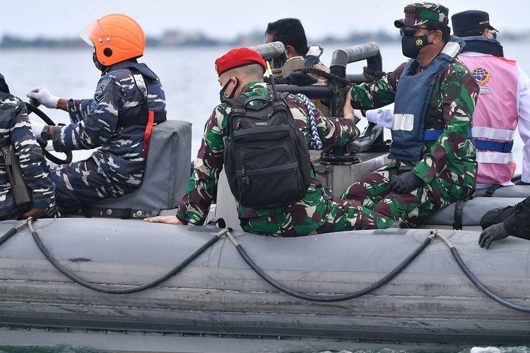 Panglima TNI Marsekal TNI Hadi Tjahjanto (kanan) berada di atas sekoci saat meninjau operasi SAR kecelakaan pesawat Sriwijaya Air SJ 182 di KRI John Lie 358, perairan Kepulauan Seribu, Jakarta, Minggu (10/1/2021). ANTARA FOTO/Sigid Kurniawan/aww.