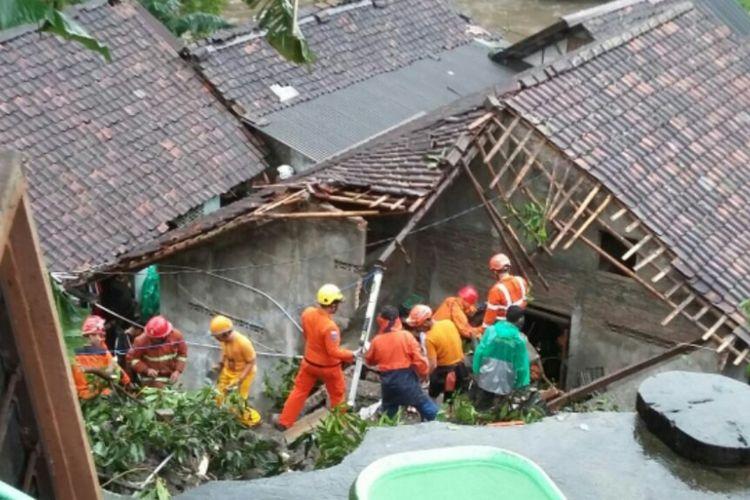Tim SAR gabungan saat melakukan proses pencarian korban tertimbun longsoran Talud Sungai Winongo.