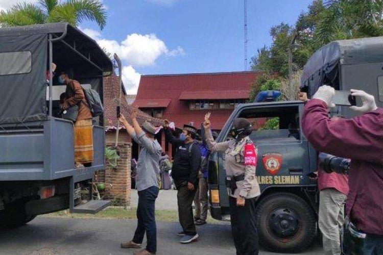 Santri ponpes di Sleman, dibantu TNI dan Kepolisian, dievakusi ke Selter PIAT UGM untuk menjalani isolasi terpadu.