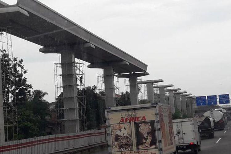 Perkembangan pembangunan LRT Jabodebek Tahap I trase Cibubur-Cawang, Kamis (9/2/2017).