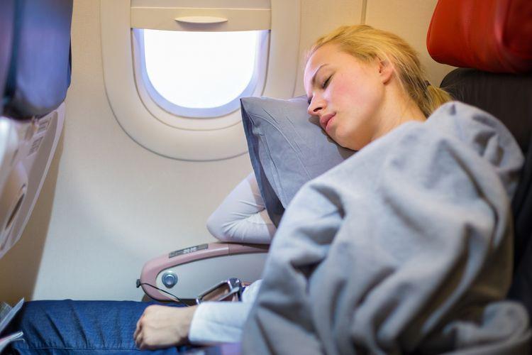 Ilustrasi tidur di pesawat.