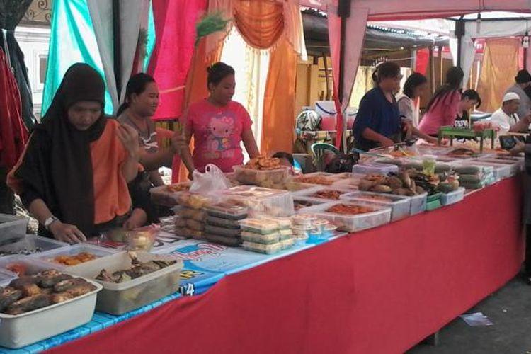 Pedagang makanan khas Makassar menjajakan dagangannya di Pasar Takjil JL Andi Mappanyukki.