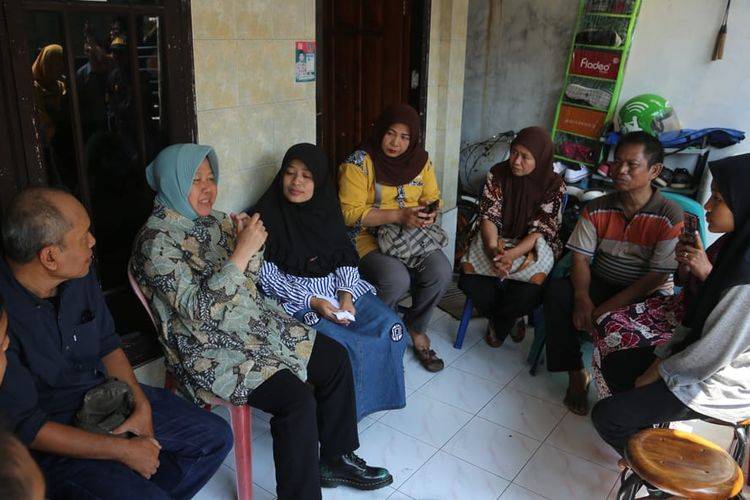 Wali Kota Surabaya Tri Rismaharini takziah ke keluarga Almarhum Suhardiman (48) di Jalan Simokerto, Kelurahan Simokerto, Kecamatan Simokerto, Surabaya. Almarhum Suhardiman merupakan anggota KPPS 17 Kelurahan Simokerto, Kecamatan Simokerto.